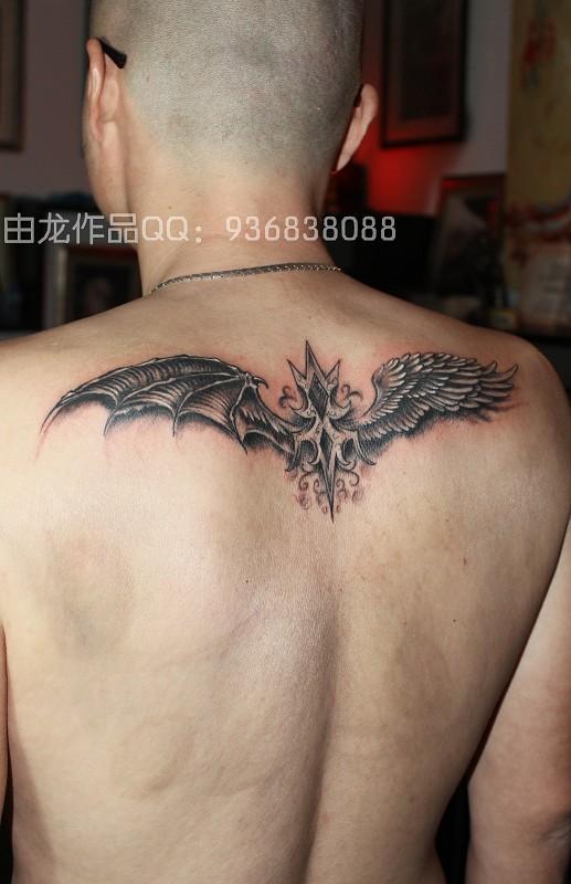 上海纹身由龙作品男生后背翅膀纹身图案
