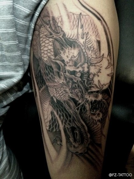 男生手臂龙纹身